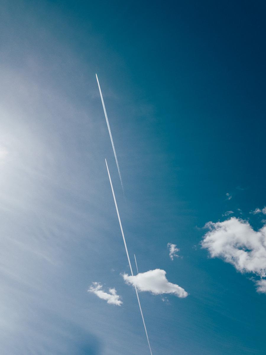 3 Flugzeuge mit Kondensstreifen fliegen am Himmel in der gleichen Richtung