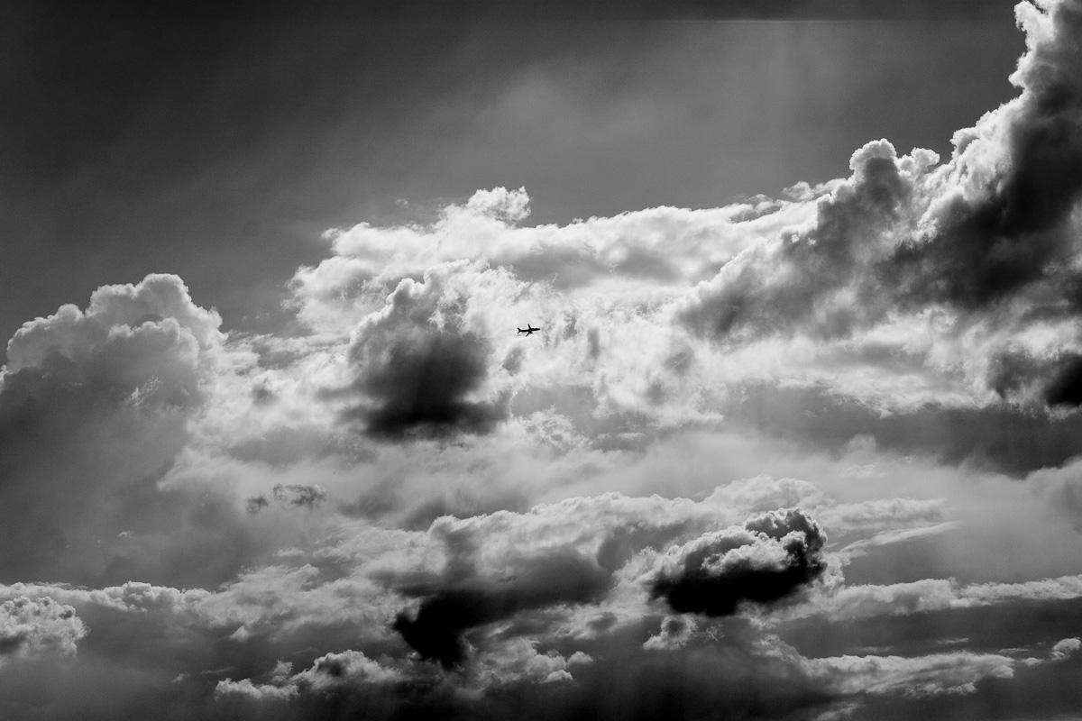Ein Flugzeug ist von MUC gestartet und fliegt in die Wolken davon