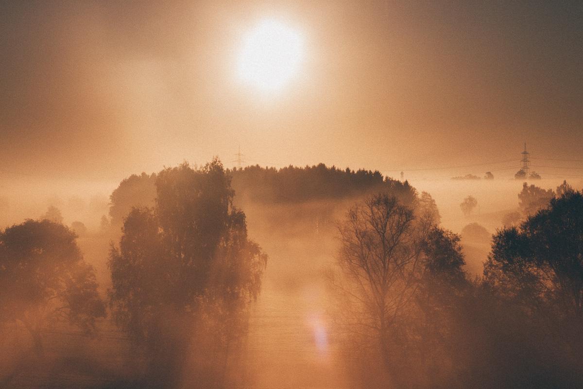 Sonnenaufgang hinter Nebel, aus der Sbahn S2 von Erding nach München