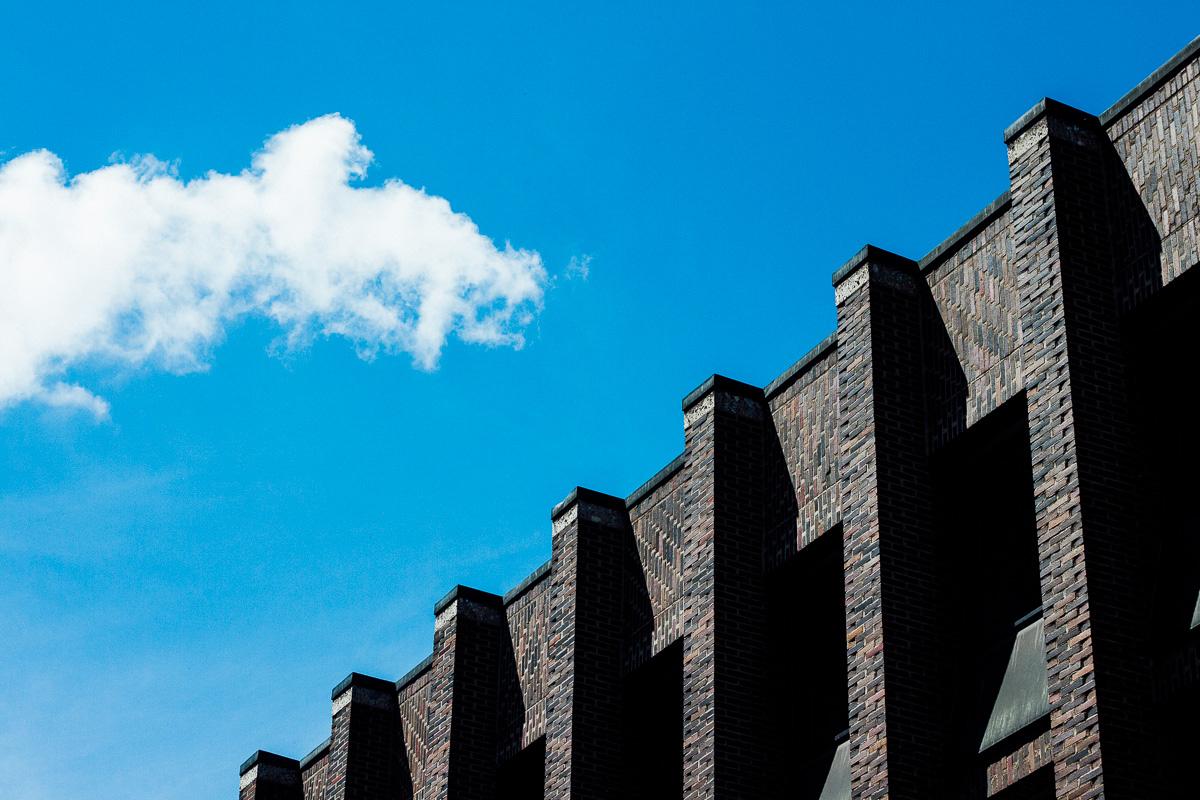 Eine Backsteinfassade vor blauem Himmel in München