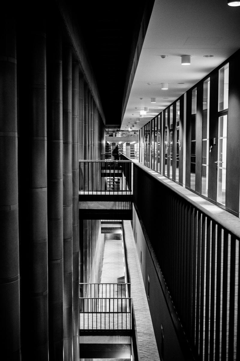 Blick zwischen die Etagen in der SLUB an der TU Dresden