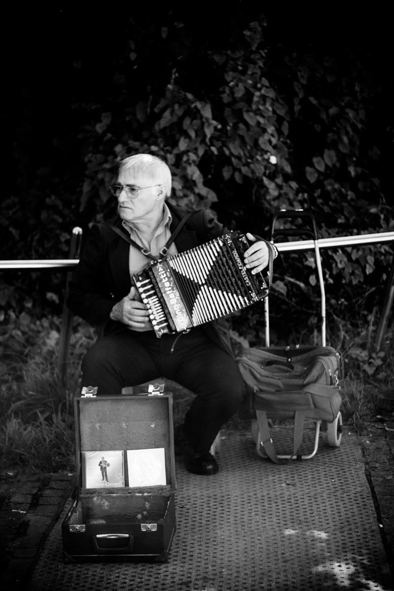 Ein Straßenmusiker mit Akkordeon in München