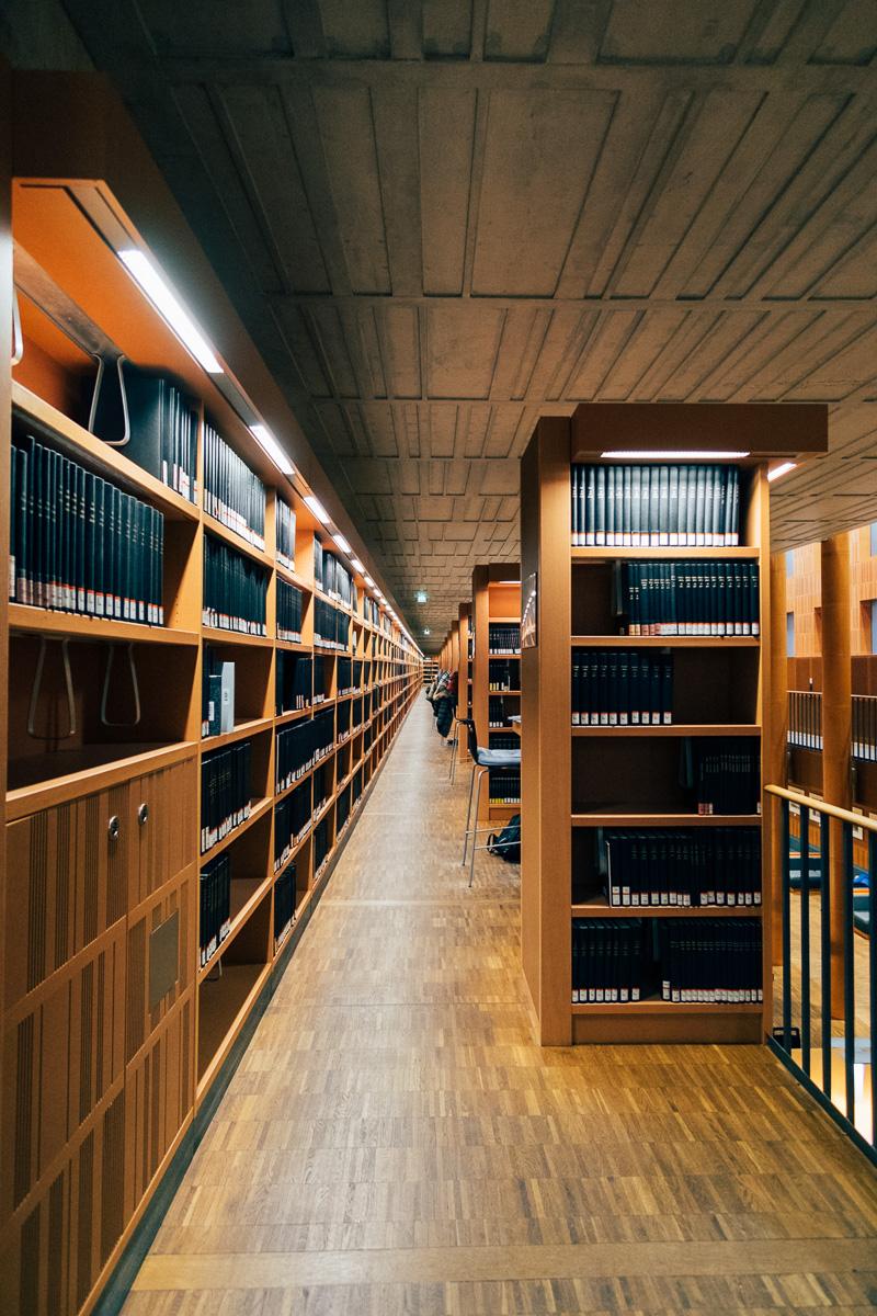 Bücherregale der SLUB an der TU Dresden