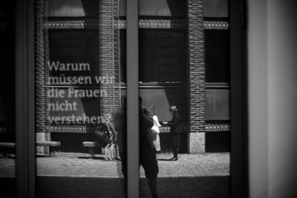Frauen und Text reflektieren sich in einem Fenster