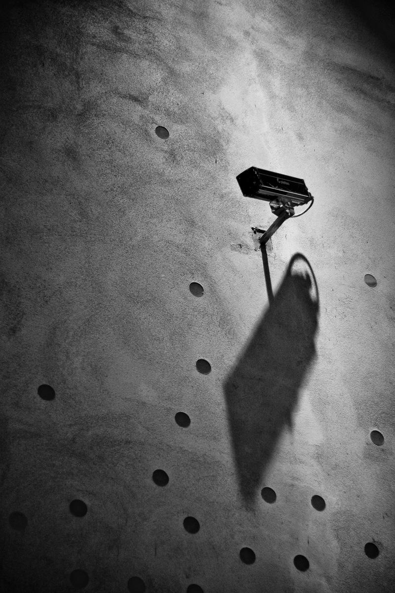 Eine Überwachungskamera mit Schatenwurf in München
