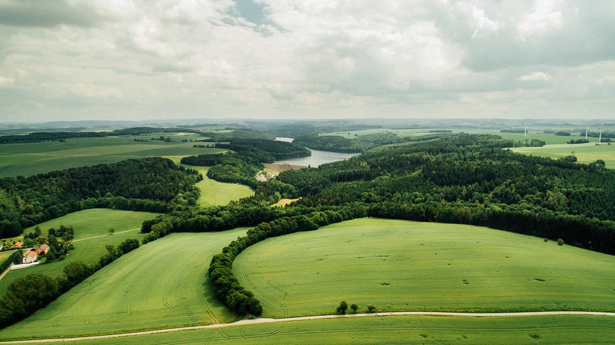 Talsperre Klingenberg mit umliegenden Wäldern aus der Luft fotografiert