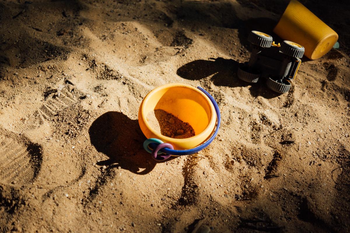 Spielzeug in einem Sandkasten in Dresden Blasewitz